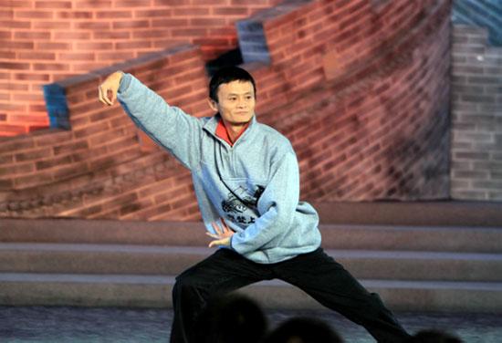 """《开学第一课》录制当晚,马云穿了一件""""我登上了长城""""的纪念衫,显得特别精神。"""