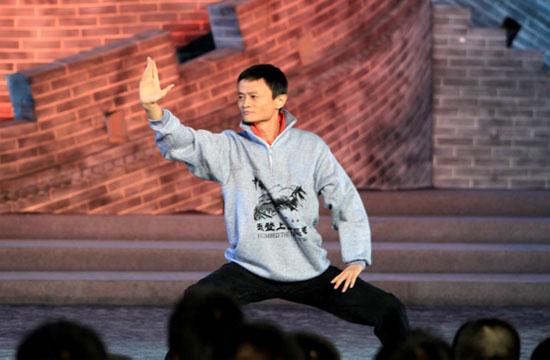 马云在《开学第一课》现场秀太极。