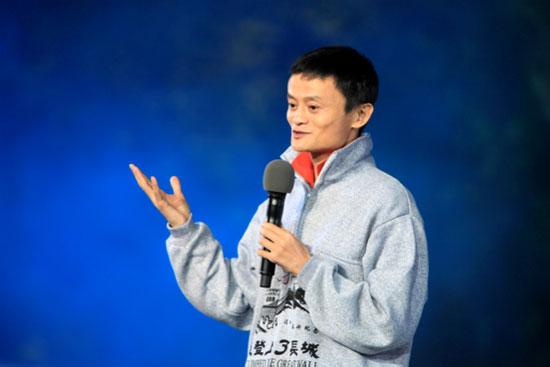 马云在《开学第一课》的讲台上为全国的小朋友们讲述着自己的梦想奋斗史。