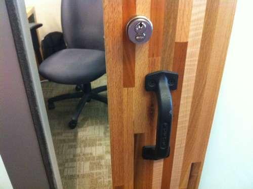 办公室门上扶手刻有RUFUS字样,这是第一只进入亚马逊的狗的名字