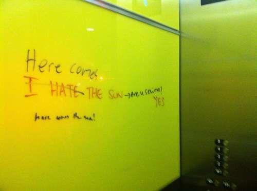 员工通过电梯写字板交流