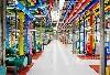数据中心内有数千英尺的管道,它们被涂上不同的颜色不仅仅是为了好看,更可以方便的区分出每个管道的用途。比如亮粉色的管道是从冷水机抽来的冷水,而绿色管道是送往室外冷却塔的热水。