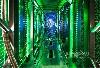 这是一个难得看到的服务器背后的过道,这里数以百计的风扇将热空气从服务器机架送到冷却设备中以再循环。绿色的LED灯是服务器的状态指示灯。